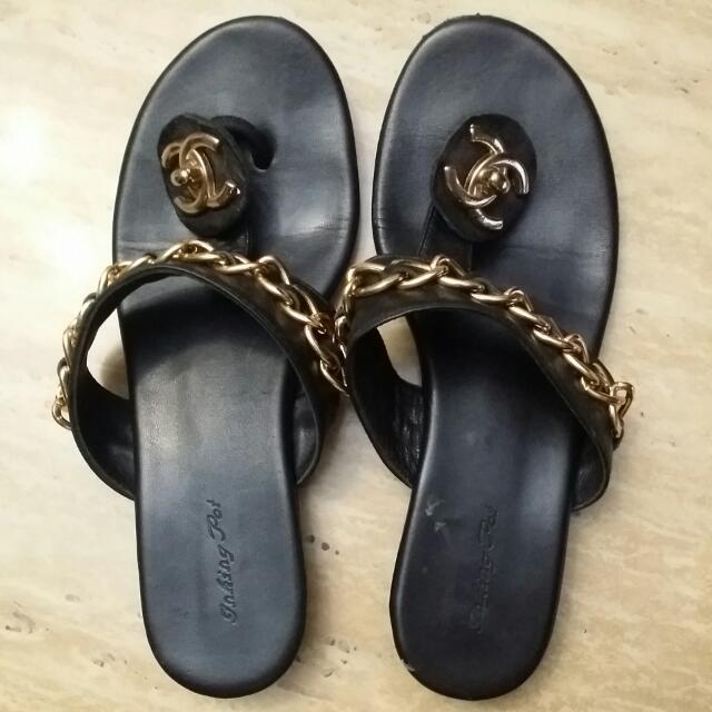 2a3fc1c51e4c Vintage Chanel Gold Chain Leather Sandal