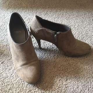 Novo Boots, Size 8