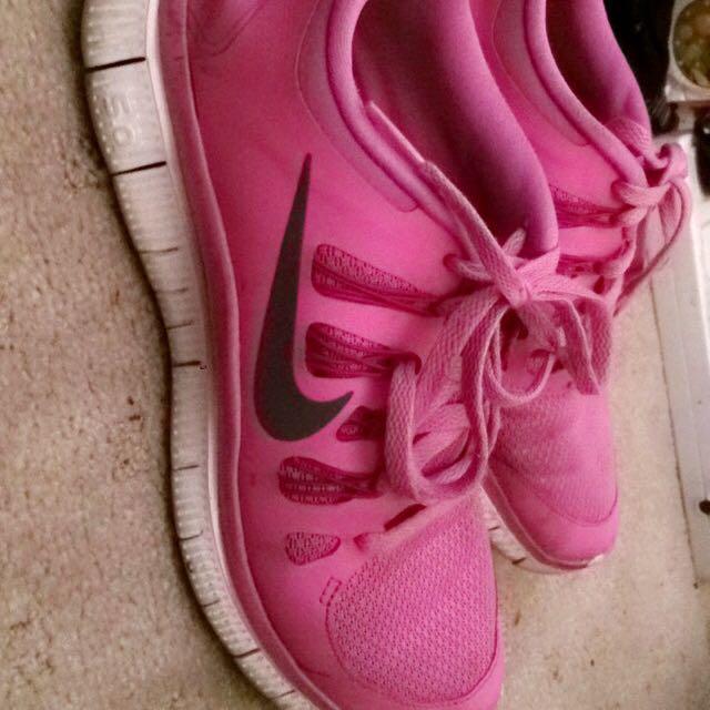 Womens Nikes (sz9)