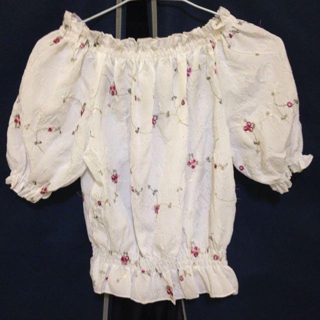 一字刺繡小花鬆緊縮腰短版上衣