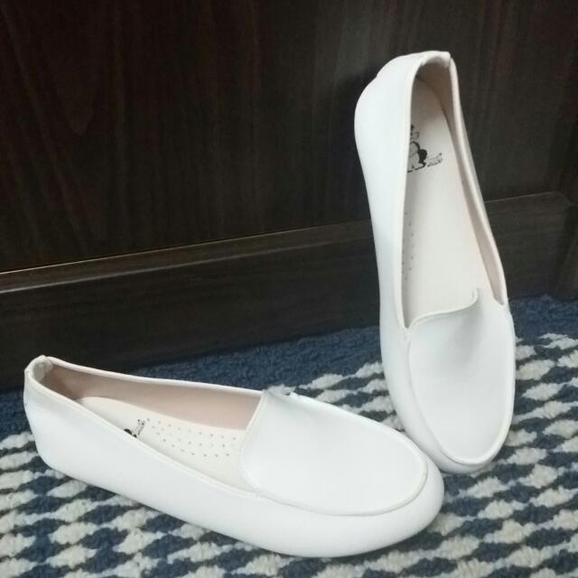 全白氣質平底豆豆鞋