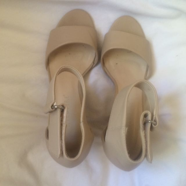 WILDFIRE HEELS SIZE 9 (will fit an 8)