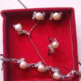 Seperangkat Perhiasan Mutiara Putih