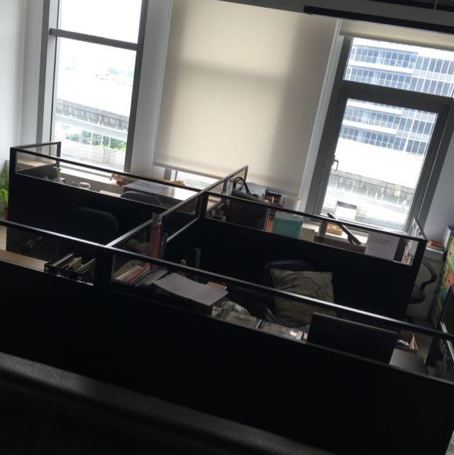 辦公室隔板2組+桌子2組。辦公滑椅*2。電話*2。