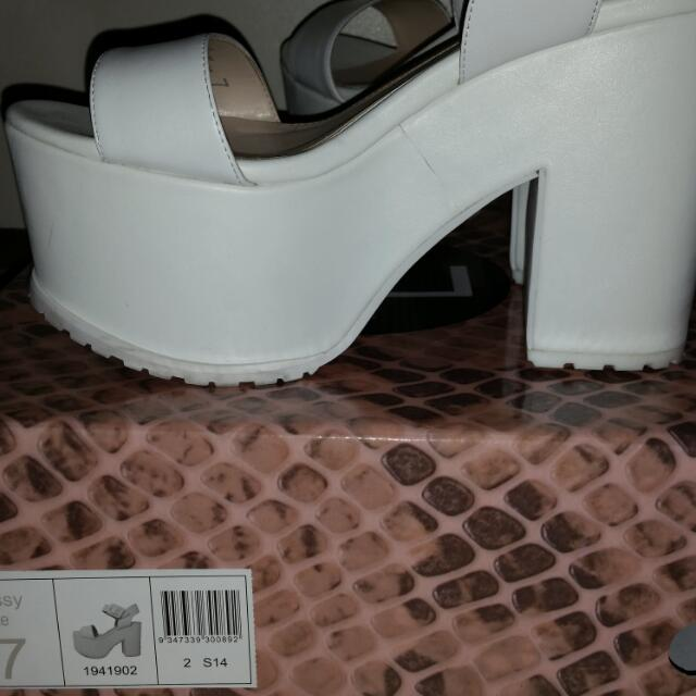 ZU HEELS! Size 7. almost New!!