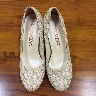 米色蕾絲金色高跟鞋