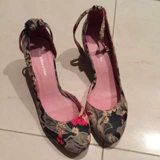全新未穿的美美楔形鞋一雙,緹花織紋優雅有型