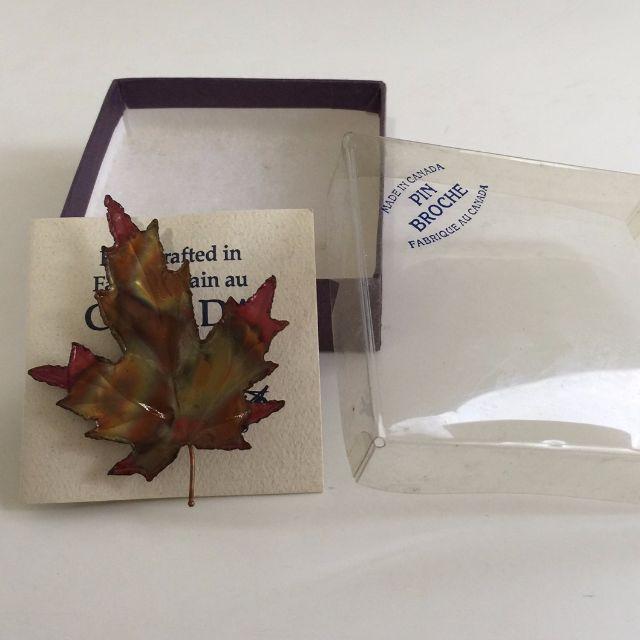 全新 加拿大楓葉別針 加贈紫色星星小別針