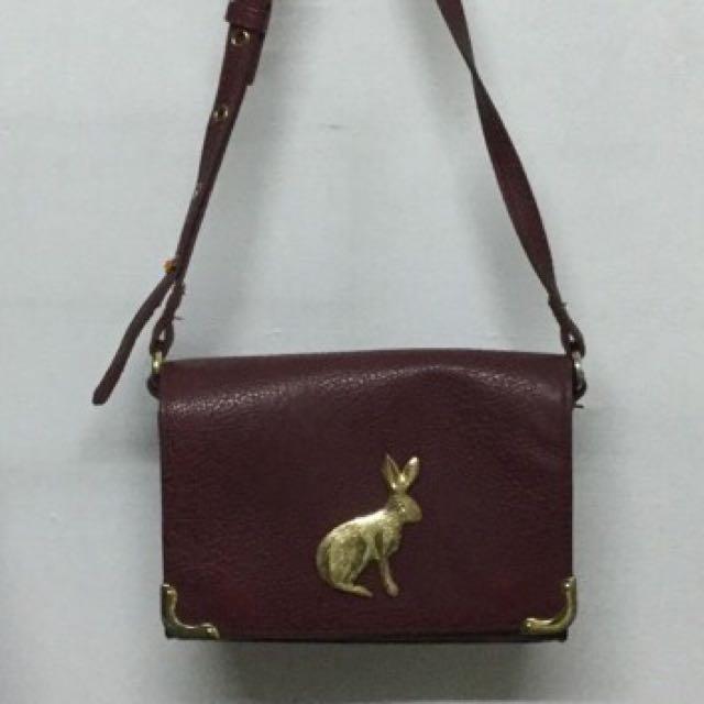 兔子荔枝皮磁扣斜背包