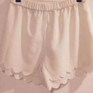 White LULU&ROSE Scalloped Shorts Xs