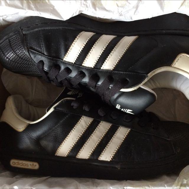 adidas黑色滑板鞋