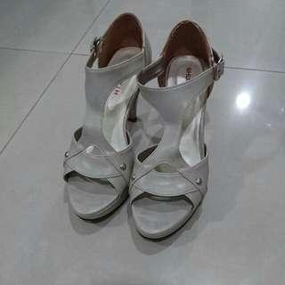 23.5 淺灰色高跟涼鞋