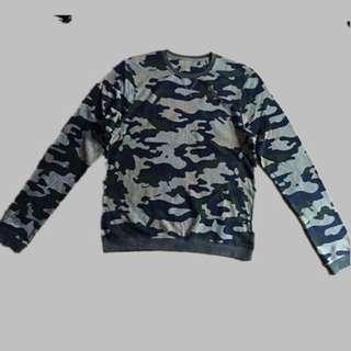 men's camouflage crew neck sweater size M