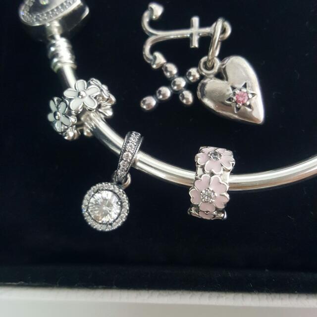 出售 潘朵拉 PANDORA 信望愛垂飾、滿圈鋯石垂飾、白色琺瑯小花隔圈、粉色琺瑯小花固定扣、愛心鋯石硬環