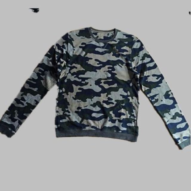 men's camouflage crew neck sweater size M