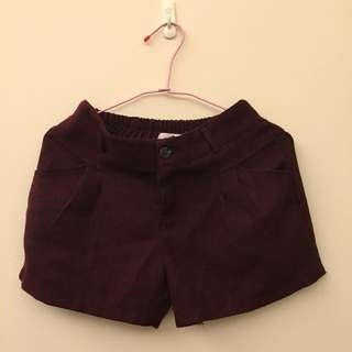 女生暗紅色短褲