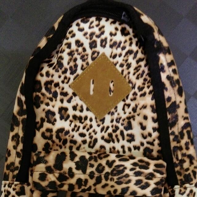 出售豹紋及鐵灰色斜背包,喜歡可私訊喔!200元起標