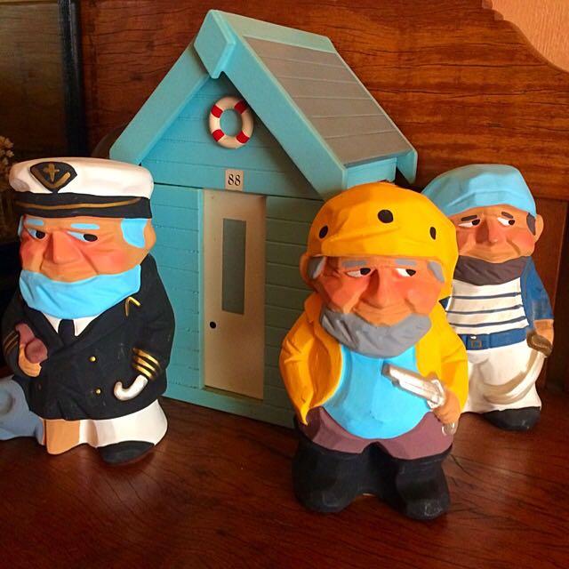3 Clay Sailors & 1 Wooden Bath House