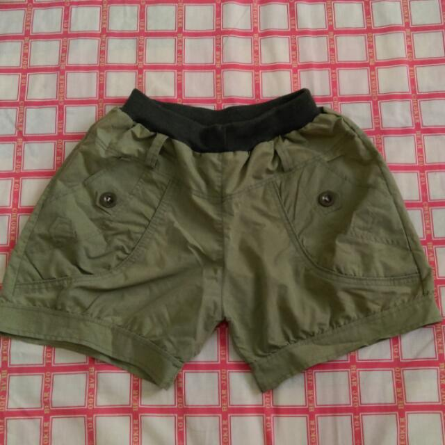 軍綠色短褲