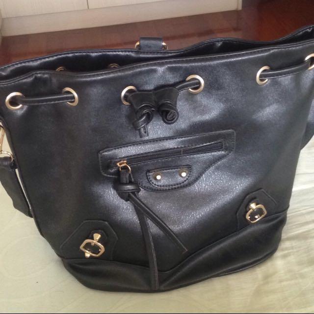 (全新)黑色機車包款抽繩多夾層肩背後背包