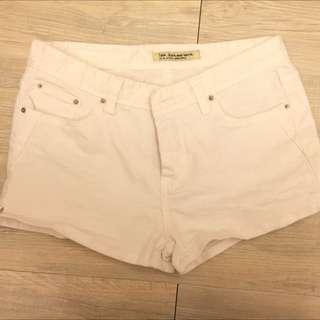 女生白色短褲