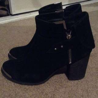 Novo Size 7 Black Boots