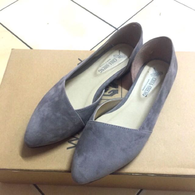 絨皮灰色尖頭娃娃鞋