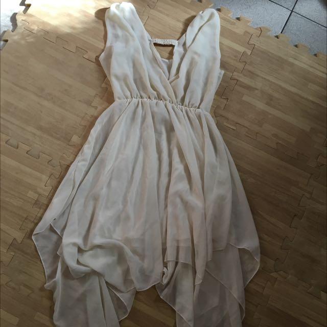 白色深V不規則裙擺洋裝