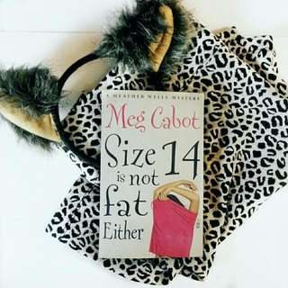 A Heather Wells Mystery: Size 14 is not fat either (English)