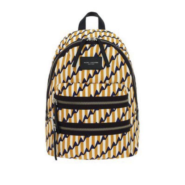 (含運) 國際精品代購Marc Jacobs 輕量金屬拉鍊條紋箭頭幾何帆布後背包 大款(黃) 現貨