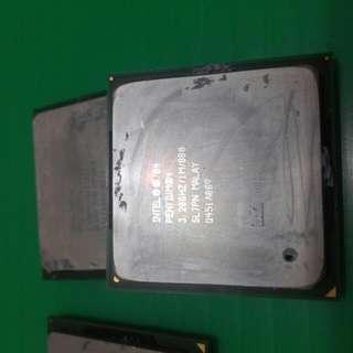 Intel CPU Pentium4 478腳位   3.0 /1M /800 有12顆 100  3.2 /1M /800 有2顆 120   2.4/2.6 6顆 50  部份接腳有一點點歪歪   限台中市面交