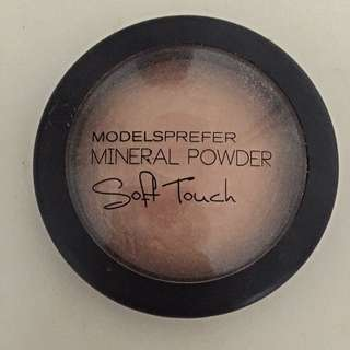 Models Prefer Soft Touch Powder In Shade Luminous Glow
