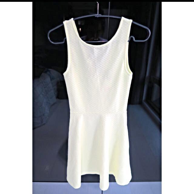 H&M 亮黃色露背洋裝