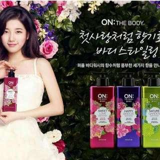 韓國LG公司新出品的香水沐浴露,讓您全面提升沐浴是的喜悅及感性情緒,沐浴后肌膚留下清雅自然的芳香,香味持久。泡沫柔細溫和潔淨肌膚,洗后肌膚清爽柔嫩、滋潤不乾澀,使全身散發柔和且獨特傲人的迷迭香味。迷迭香深層淨化您的肌膚環境,令肌膚健康彈性充滿活力。易過水配方沖洗后肌膚清爽,長期使用并可使肌膚變得昝白靚麗,如絲般柔滑。無防腐劑等,可放心使用