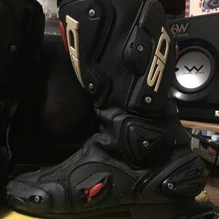 賣sidi長車靴,二手外觀正常使用痕跡,功能鞋底正常,右腳鞋面有一些髒污,不影響安全