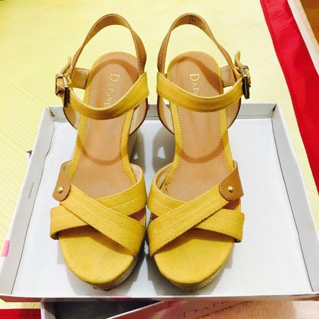 👠達芙妮DAPHNE 芥黃色布織楔型鞋👠