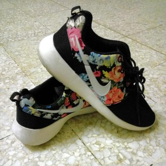 newest 4cd1d b52c7 Reduced  Nike Rosherun Flower , Women s Fashion on Carousell