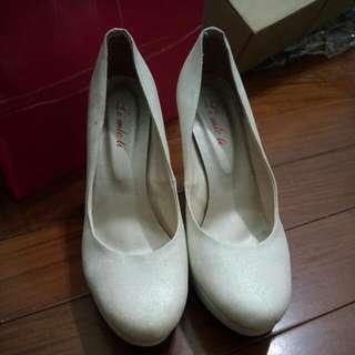 伴娘白色高跟鞋