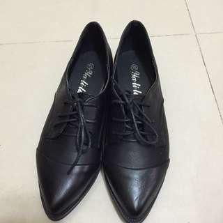 嗑鞋朵拉 尖頭綁帶霧面皮鞋