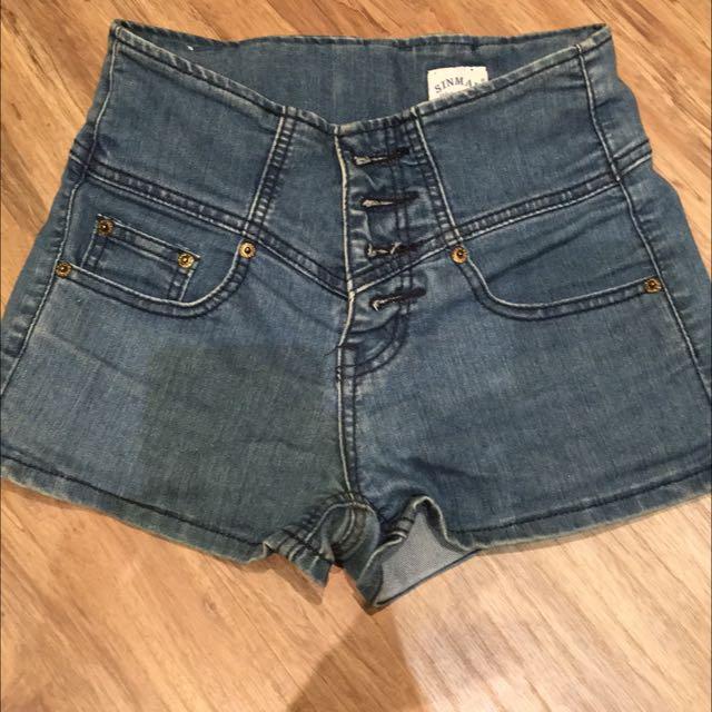 衣櫃炸了。高腰熱褲短褲。