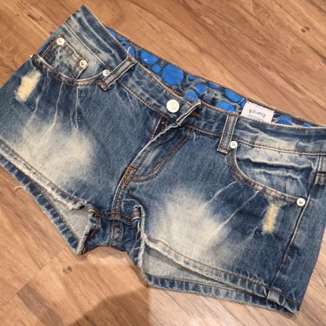 衣櫃炸了 夏日必備。牛仔熱褲。全新