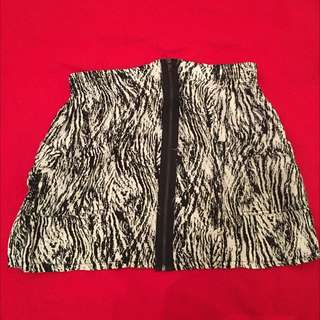 Black And White Print Skirt With Back Zipper In Front