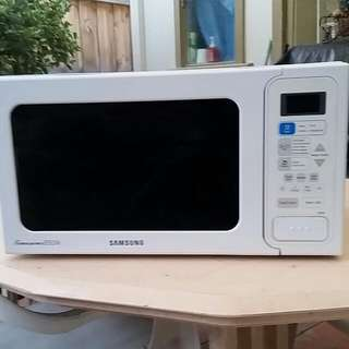 Samsung Timesaver 850W Microwave For Sale.
