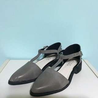 灰色 皮質 卯釘低跟涼鞋 25號