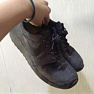 Nike Roshe黑色慢跑鞋