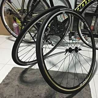 Giant PR-2 700c Wheelset With P-SL Tires and Tube