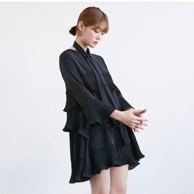 全新現貨/韓國ulzzang個性女孩黑色獨特剪裁袖口連身短洋裝(加贈同色圍巾)
