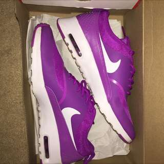 NEVER BEEN WORN NIKE THEA'S