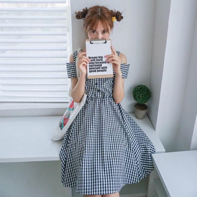 甜美學院格子一字肩連身裙