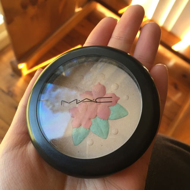MAC Pearl matte Highlighting Powder